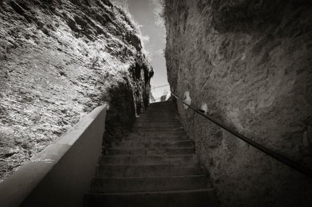 Bajada de los 92 escalones de El Carmen. Esta impresionante obra en el tajo de Setenil la hizo El Escarolo en los años '70, abriendo hueco a base de picar la roca. Foto: ROCÍO ALHAMA https://flic.kr/p/fjZ8jh