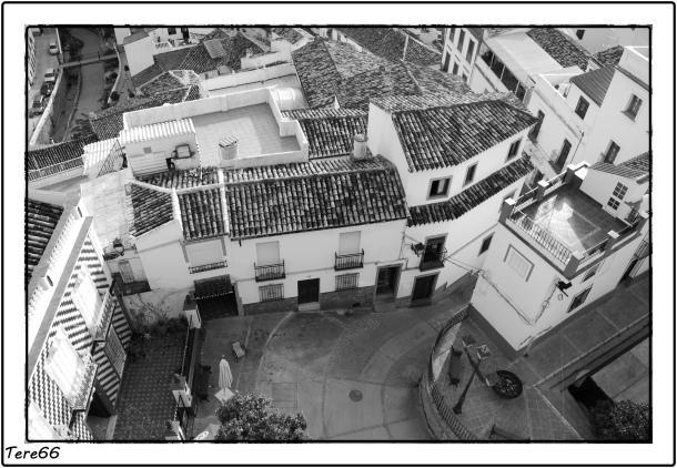 Si se retoma el camino en La Villa se puede descender otra vez por el 'pecho' de la Plaza, que vemos fotografiada en picado desde El Lizón. Al fondo, la pasarela de la calle Triana a la calle Ronda, hacia donde nos dirigimos serpenteando por la calle Vega. Foto: TERE66 https://flic.kr/p/cqmLVu