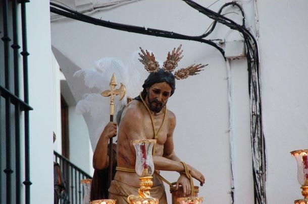 El Amarrao, a su salida de la Villa, en uno de los sitios más espectaculares de la Semana Santa de Setenil. El amasijo de cables afea su visión y las múltiples fotos que se realizan de este momento y que exportan la imagen de Setenil. Foto: FRANCISCO SIERRA