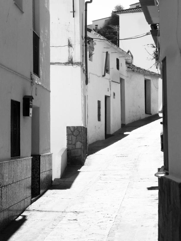 Detalle de la calle Vilches, en una imagen tomada en 2011. Esta calle tiene algunas de las vistas más sorprendentes de Setenil desde los huecos que se abren entre las viviendas. Foto: PIERRE 2011