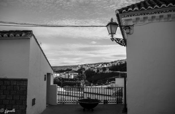 Justo encima del Callejón está el balcón que está frente al actual Ayuntamiento de Setenil y junto a la antigua Casa Consistorial (hoy Oficina de Turismo) con el valiosísimo artesonado mudéjar, que mandaron construir los Reyes Católicos. Foto: JAVIER GARCÍA VALLE. https://flic.kr/p/qwRNxP