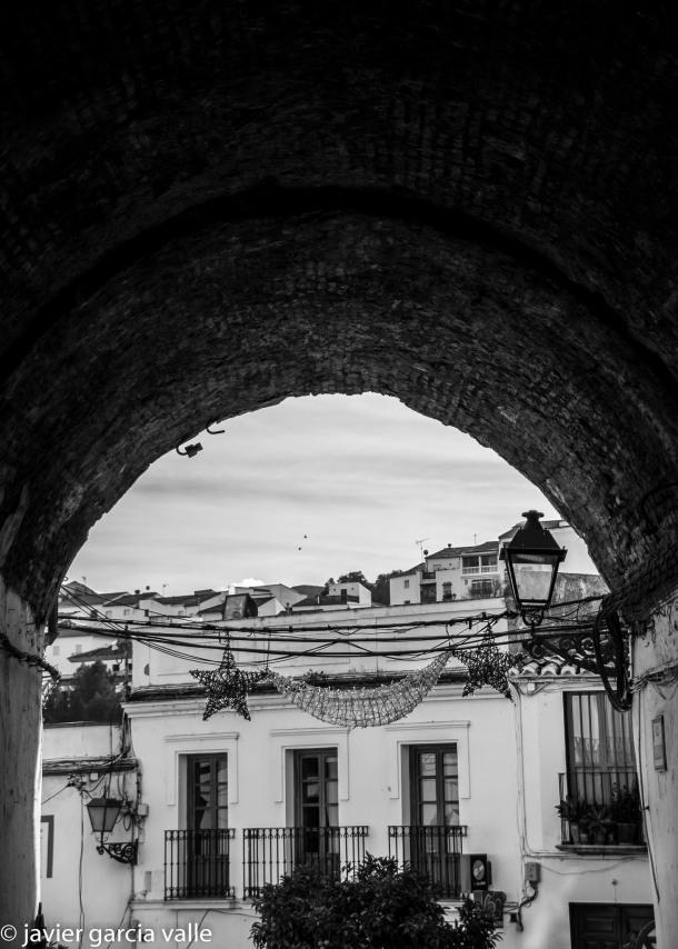 Bajo el Callejón, que fue puente de la antigua fortaleza, que delmitan el Bar La Justicia y el Hotel Villa de Setenil. Foto: JAVIER GARCÍA VALLE. https://flic.kr/p/qPez8W