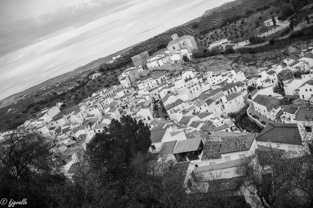 Enfrente, en la otra cima, elegimos esta vista general de Setenil desde el Peñón de los Enamorados, para despedir el reportaje hasta el siguiente paseo. Foto: JAVIER GARCÍA VALLE. https://flic.kr/p/qwRmHH