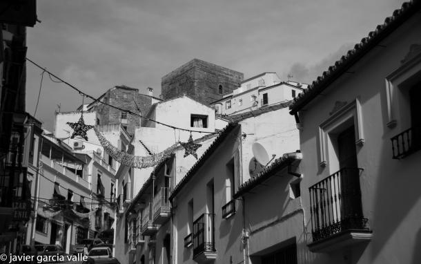 Al entrar en la calle Ronda, a nuestra derecha obtenemos esta imagen del 'pecho' de la Plaza coronado por el Torreón. Foto. JAVIER GARCÍA VALLE. https://flic.kr/p/qwTgwV