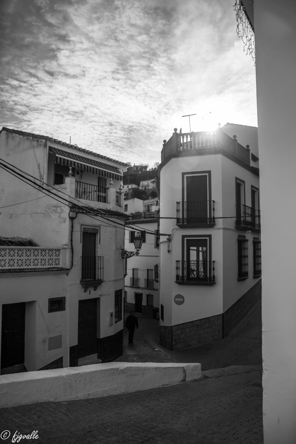 Bajando desde la Villa tenemos dos caminos: el de la Calle Vilches, con algunas de las vistas más sorpredentes de Setenil desde los huecos que se abren entre las viviendas, y la subida por la calle Cádiz y su continuación Reyes Católicos hacia la ermita de San Sebastián. Foto: JAVIER GARCÍA VALLE. https://flic.kr/p/pSwLEa