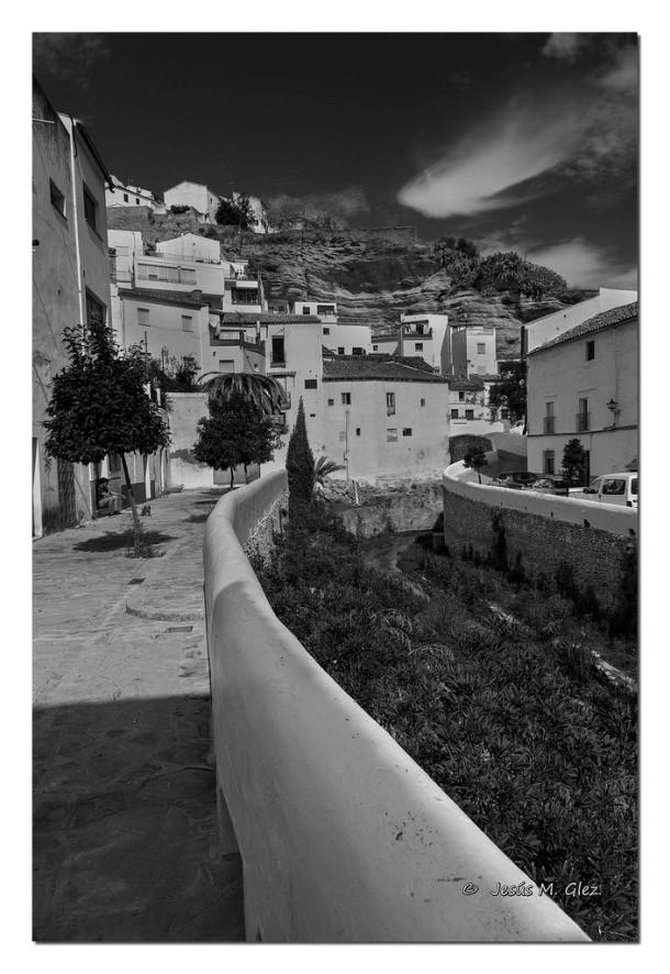Vista del río y el puente de Triana, con la Herrería al fondo escondida bajo la muralla. Foto: JESÚS M. GLEZ https://flic.kr/p/pG7jyq