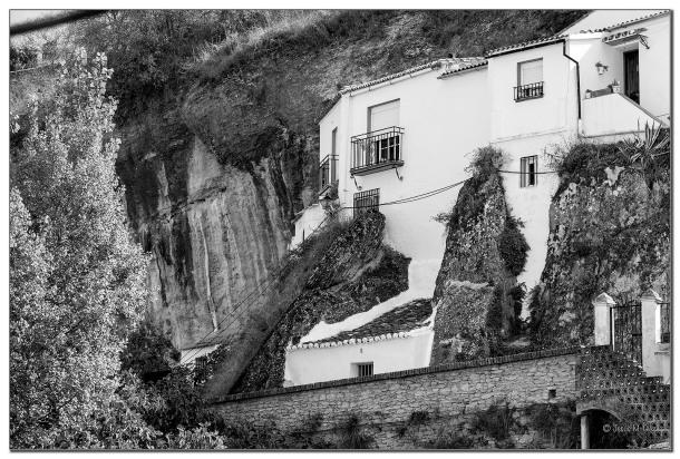 Alucinante fotografía, que nos muestra un detalle de la convivencia de las casas cueva con la naturaleza y la roca en Las Jabonerías. Por muy increíble que le resulte a nuestros visitantes, justo encima de estas casas está el mirador y la ermita del Carmen. Foto: JESÚS M. GLEZ https://flic.kr/p/rsLVnp