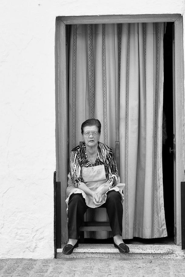María Vilches, sentada al fresquito en la puerta de su casa, en Los Capuchinos. Foto: JUAN JIMÉNEZ. https://flic.kr/p/r5M3qS