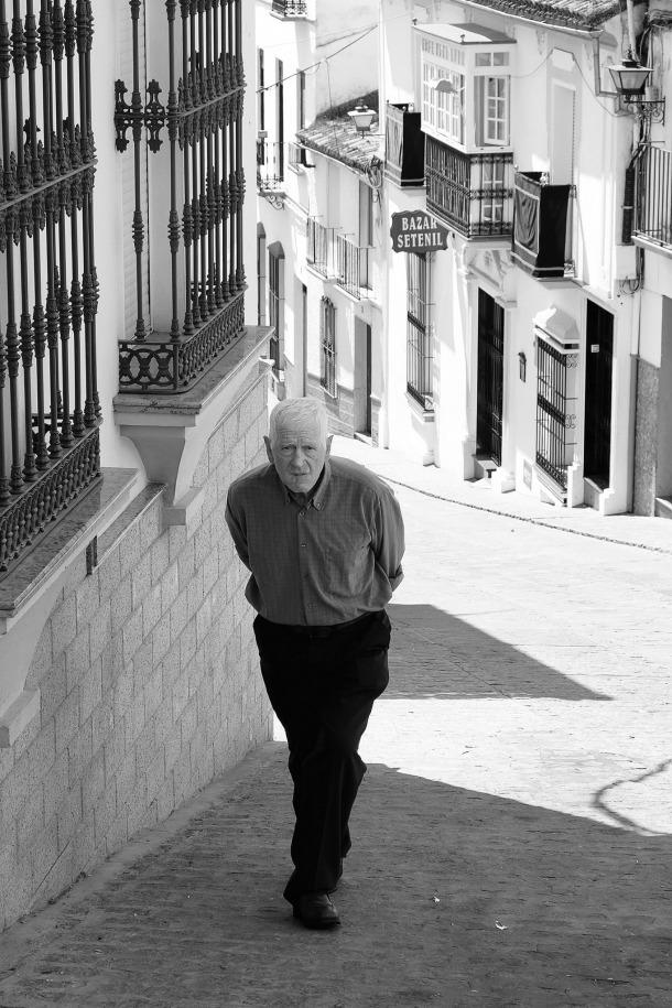 Bajamos el 'pecho de la Plaza' y tomaremos a la izquierda, por la calle Vega, en dirección al puente de la calle Triana. En la imagen vemos a Pepe el del Lucecita. Foto. JUAN JIMÉNEZ. https://flic.kr/p/rZu5th
