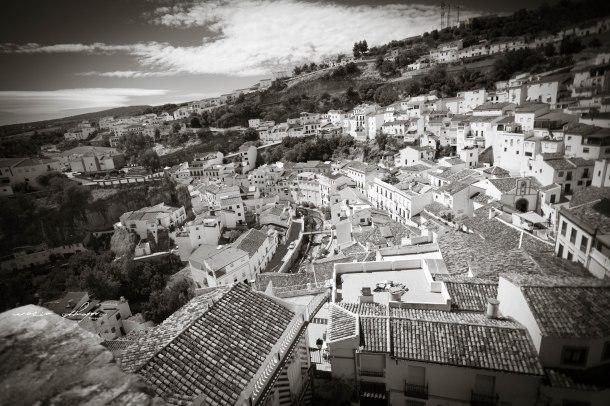 Panorámica de Setenil tomada desde el mirador de El Lizón, en el que se aprecia el escalonado caserío de Setenil y que abarca desde el Peñón de los Enamorados a El Carmen, los dos extremos del recorrido que vamos a hacer en 35 fotos. Foto: ROCÍO ALHAMA. https://flic.kr/p/fjZJmG