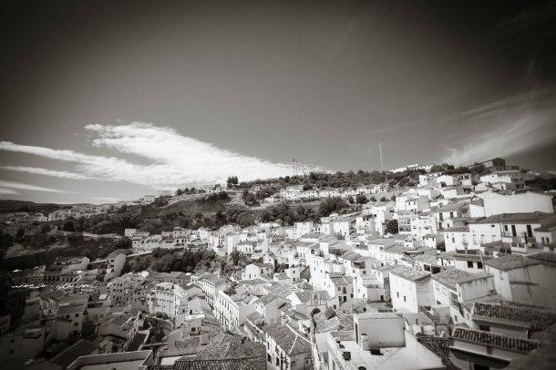 Vista general de Setenil desde El Lizón, que alcanza hasta el Peñón de los Enamorados. Foto: ROCÍO ALHAMA. https://flic.kr/p/fjKE7P