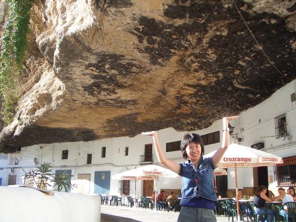 Una joven turista posa en una simpática foto de Las Cuevas del Sol, simulando que sostiene el tajo. Foto: TERESA CHAN https://flic.kr/p/toiRf