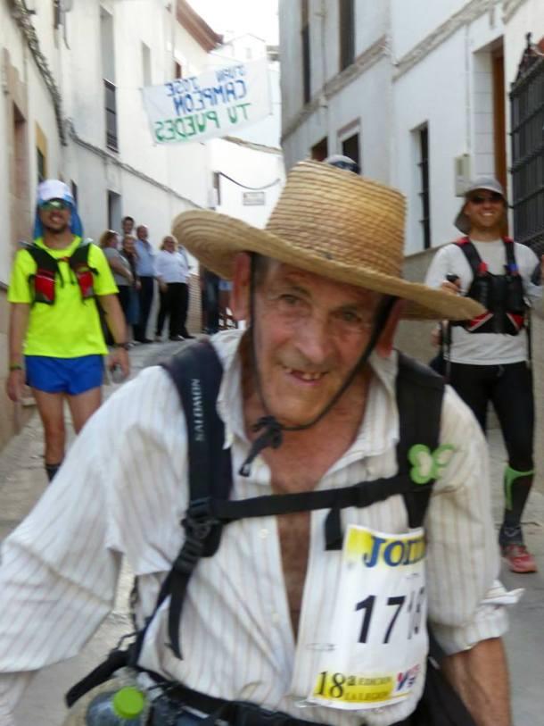 Super Paco a su paso por la calle Triana de Setenil. Foto: MARI LUQUE