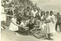 Las primeras Romerías se celebraron en la Venta Leche. Ya desde el primer año, la imagen de San Isidro iba en una carreta tirada por bueyes. En aquellos tiempos difíciles, este día se vivía como todo un acontecimiento y se organizaban rifas, subidas al palo, carreras de saco o de cinta. Foto del álbum familiar de de Pedro Andrades.