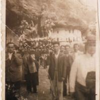 LA ROMERÍA. Un grupo de romeros lleva en procesión a San Isidro por las Cuevas del Sol en 1949. Es la imagen más antigua de esta celebración popular en Setenil. Foto cedida por Rafael Vargas Villalón.