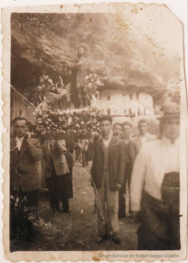 """LA ROMERÍA. Un grupo de romeros lleva en procesión a San Isidro por las Cuevas del Sol en 1949. Es la imagen más antigua de esta celebración popular en Setenil. Foto cedida por Rafael Vargas Villalón. Más información en su blog """"Setenil Rural"""" http://bit.ly/1Ne7PJw"""