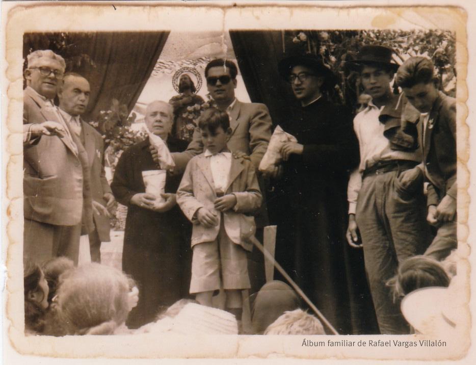 """Filomena Ramírez Salas es la impulsora de nuestra romería en 1949. Era conocida como """"La Lozera"""", por regentar un negocio de venta de lozas o de materiales de construcción, además de una antigua panadería familiar. En la imagen también aparecen el alcalde, José Domínguez, y Juan Jiménez, responsable de la Hermandad de Labradores, durante un reparto de bolsas de comida. Más información en este enlace del blog """"Setenil Rural"""" http://bit.ly/1Ne7PJw"""