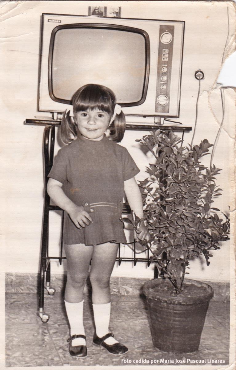 María José Pascual Linares posa ante el televisor en los primeros años '70.