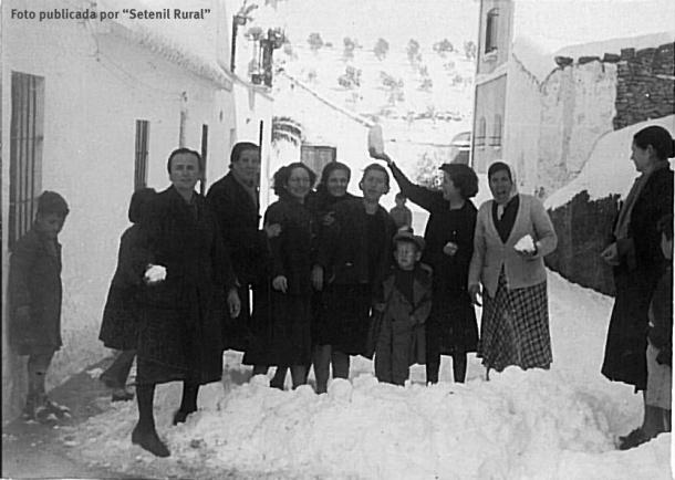 """Nevada de 1954. Fotografía publicada por el blog """"Setenil Rural"""", que Rafael Vargas calculó en febrero de ese año por una anotación inferior en la foto que indicaban """"2 54"""". En el fono de la imagen destaca que todavía no están construidos los pisos. http://bit.ly/1QACGWg"""