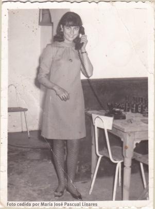 La añorada Enriqueta Pascual Linares, durante una conferencia en el Bar de 'Teoro', donde actualmente se ubica la 'Abacería El puente'. Foto cedida por su hermana María José.