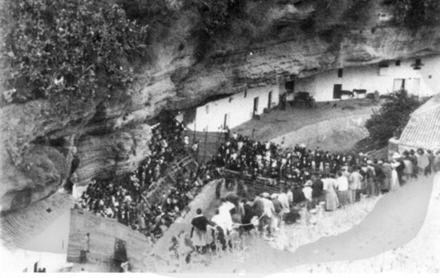 Detalle de la plaza de toros montada en las Cuevas del Sol, con espectadores aprovechando las ventajas de nuestro espacio urbano.