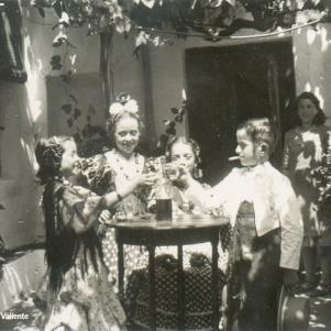 Los niños imitan a los mayores en sus juegos. En la imagen, Blas Guzmásn Imagen tomauegra Francisca Guzman Camacho y a su hermano Blas los demas no tengo ni idea¡¡el patio si que es el de mi casa antigua¡¡
