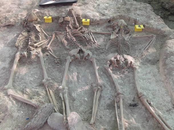 Los cuerpos de Remedios Partida, su hijo y la novia de éste, encontrados en la fosa común del cortijo El Baldío. Foto: RAFAEL AGUILERA