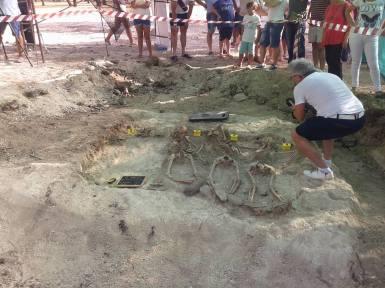 Los cuerpos de Remedios Partida, su hijo y la novia de éste, encontrados en la fosa de El Baldío. En la imagen aparece Pedro Caballero hacinedo fotos para dejar testimonio gráfico del descubrimiento. Foto: RAFAEL AGUILERA