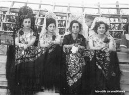 MANTILLAS EN LOS TOROS. De izquierda a derecha. Paca la del Medico(D-Jose Carrasco)Mariquita Marin. Paca Guzman y Mariloli la de Gallego