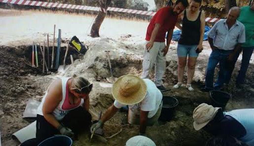 El arqueólogo René Pacheco explica los detalles de la exhumación a la nieta de la familia fusilada. Foto tomada con móvil por PEDRO CABALLERO