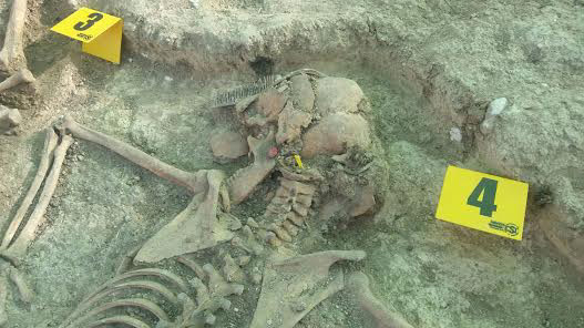 Se han conservado junto a los cuerpos algunos detalles personales como un anillo, un pendiente o una peineta. Foto tonada con móvil por PEDRO CABALLERO