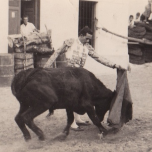 """Pepe el de Camila dando un pase de pecho en una improvisada plaza en El Molino. Más información en este enlace de """"Setenil Rural"""" http://bit.ly/1i9dLDc"""