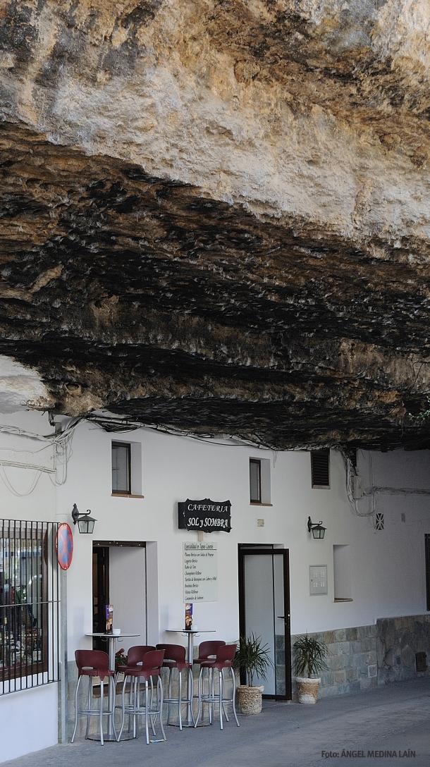 Cuevas de la Sombra, un ejemplo de viviendas subterráneas. Esta calle es un auténtico espectáculo, en el que las casas de ambos márgenes parecen sostener la impresionante mole de roca. Foto. ÁNGEL MEDINA