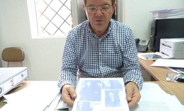 """Fernando Ramos, biógrafo de """"Pasos Largos"""" e investigador de la Asociación Sociocultural Turóbriga de El Burgo (http://goo.gl/4uJWsA) Ha escrito seis volúmenes sobre el bandido natural de este municipio, donde tiene un monumento que recuerda su figura. Esta fotografía corresponde a una entrevista que le hizo José Manuel Alday en el """"Diario Sur"""" que podéis leer en este enlace http://goo.gl/AE8zgP"""