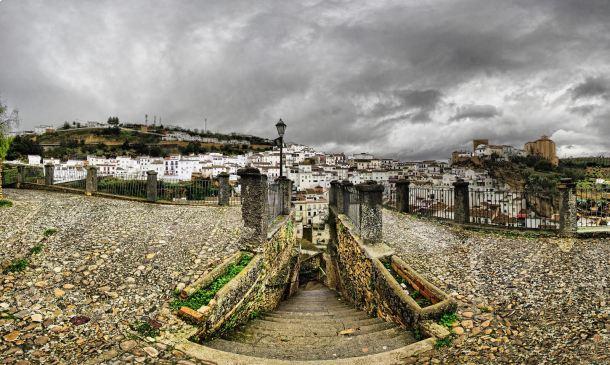 Perspectiva de Setenil desde El Carmen en un días de lluvia. Estas imágenes están tomadas en febrero de 2014. FOTO: JOSÉ LUIS GONZÁLEZ RODRÍGUEZ. Si quieres ver o comentar esta foto, haz clic en el enlace: https://flic.kr/p/kgeaXm
