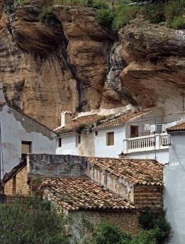 Detalle de la calle Mina, embutida bajo la peña de la fortaleza. Foto: JAN VAN DER WEERD. 29 de abril de 2010.