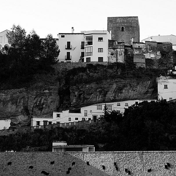 """Perfil de la fortaleza medieval de Setenil y de la calle Calcetas adosada bajo la roca que la soporta. Sobre esta calle ha publicado un excelente reportaje fotográfico el impagable blog """"Pajarrarcos"""" que hacen nuestro amigos """"Trotones de Arcos"""". En el siguiente enlace podéis ver más fotos de esta calle http://goo.gl/KEBM1n Foto: PAJARRARCOS"""