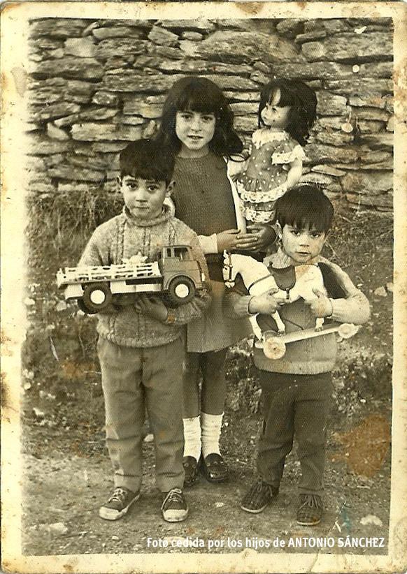 """REGALOS DE REYES. Esta fotografía que hizo Antonio Sánchez el Día de Reyes de hace unos 40 años muestra la sencillez y la felicidad con la que se celebraban la llegada de sus Majestades de Oriente antes de que ni siquiera conociéramos la existencia de Papá Noel, que el admirado fotógrafo de Setenil quiso inmortalizar en su propia familia, a la que guardo mucho cariño. En la imagen vemos a Mari encantada con su enorme muñeca, a Antonio emocionado con su camión y a Paco agarrando el caballito con ruedas con fuerza por si acaso se le escapa, unos regalos que a buen seguro sus padres pidieron a los Reyes con el mayor de los esfuerzos y que ellos recibieron con la mayor de las ilusiones. Esta es una de las pocas fotos originales que se conservan del desaparecido archivo de Antonio Sánchez, que se llevó una riada cuando esta familia vivía en las Cuevas. Este fotógrafo se merece un reconocimiento en nuestro pueblo porque atesora la memoria en imágenes de Setenil de medio siglo. Para ver más fotos de Antonio Sánchez pincha el artículo """"Antonio El Retratista, la memoria fotográfica de Setenil"""" https://goo.gl/9o2jep"""