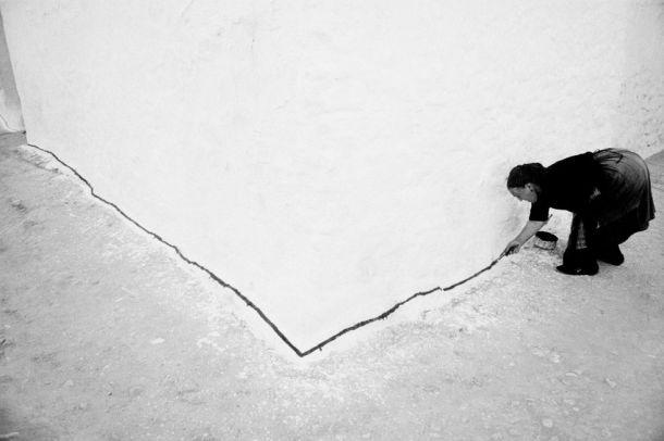 Tomelloso (Ciudad Real). 1960. Blanco nuclear. La esquina de esta casa manchega resultaría invisible si no fuera por la línea que avisa de su existencia. Foto: RAMÓN MASATS