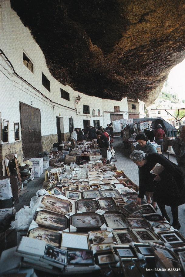"""Las Cuevas del Sol, en un viernes de """"barato"""". Esta fotografía está publicada en el libro """"Andalucía"""" (Lumwerg), escrito por José Manuel Caballero Bonald e ilustrado con fotografías de RAMÓN MASATS. Eta imagen es de 1988, antes de la transformación de esta calle en la zona de ocio que es actualmente."""