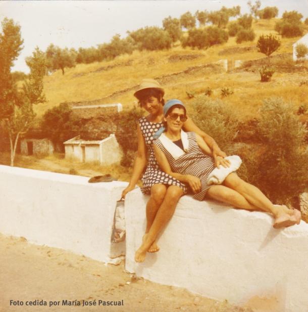 DÍAS DE VERANO. Rosario y Clota se preparan para darse un baño en El Quinto. La imagen está tomada junto al bar Zamudio, en la albarrá donde ahora está el quiosco. Esta foto es aproximadamente de 1967 o 1968 y nos muestra La Coronilla sin urbanizar. Foto cedida por MARIA JOSÉ PASCUAL.