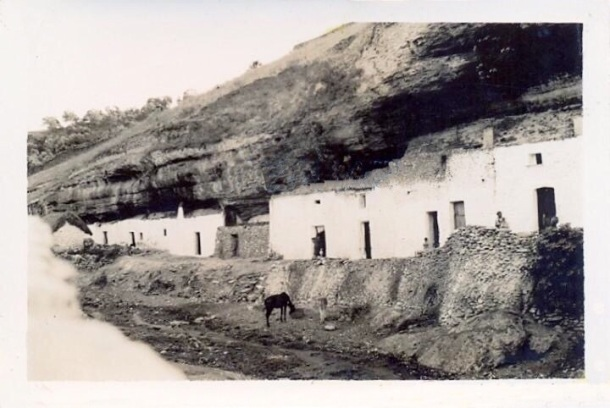El Coro, en cuyas cuevas vivían algunas de las familias gitanas del pueblo y que ahora son prácticamente cocheras.