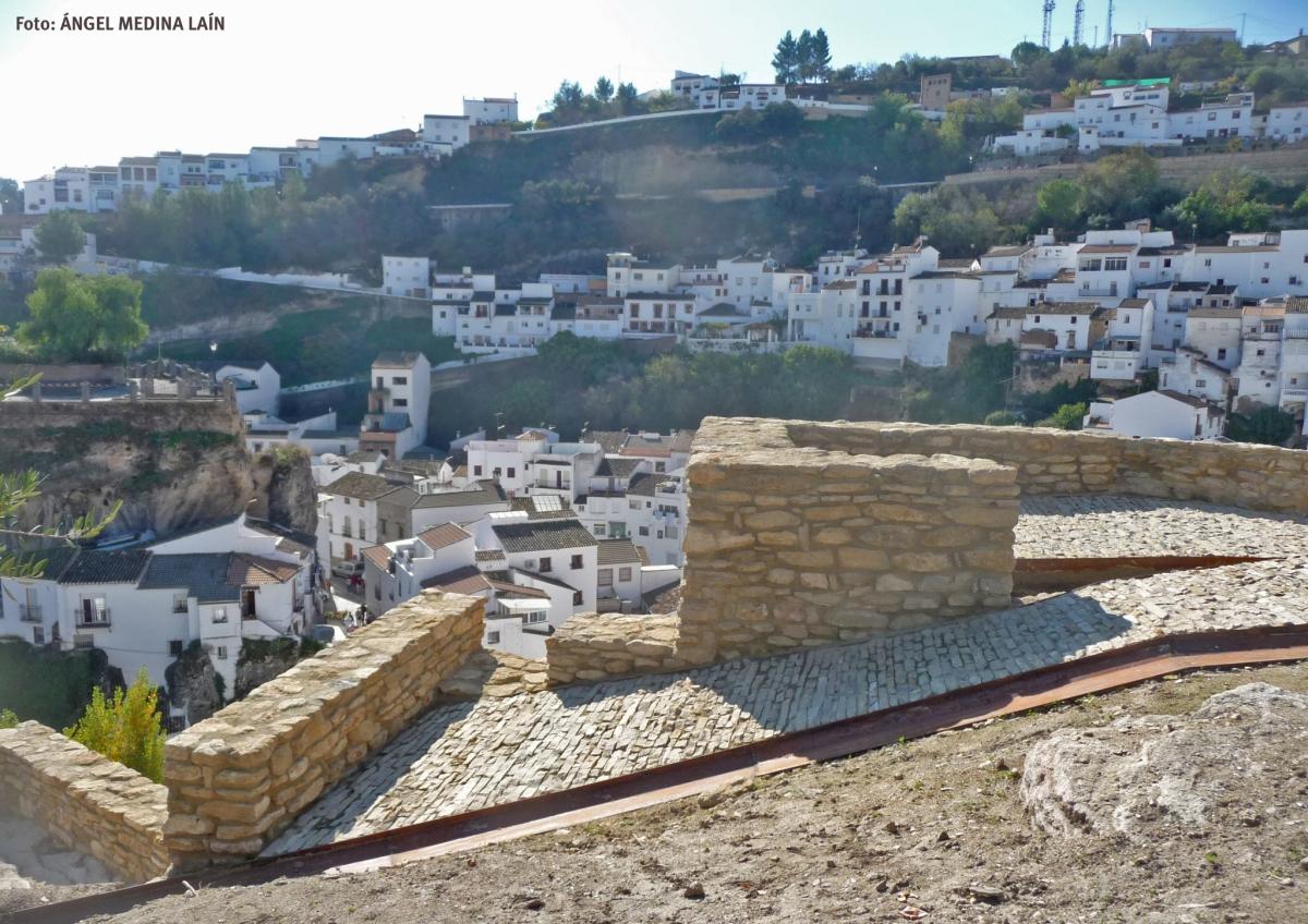 Setenil visto desde la muralla recuperada de la Alcazaba de Setenil. Foto: ÁNGEL MEDINA LAÍN