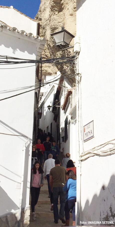 La calle Herrería, cordón umbilical del turismo entre la Plaza y Las Cuevas, abarrotada de visitantes.