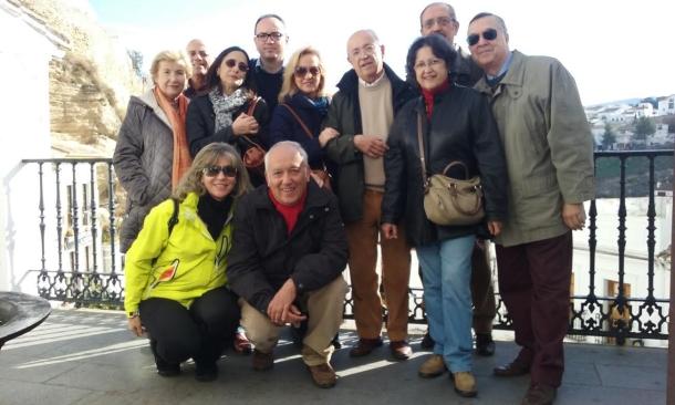 Manuel del Valle (en el centro, con cazadora verde) y su familia, durante su visita a Setenil el pasado 12 de diciembre de 2015. Fue una excelente jornada en la que tuve la ocasión de disfrutar de la cordialidad de esta familia en un largo paseo por el pueblo, que comenzó en el mirador del Peñón de los Enamorados a su llegada de Sevilla y concluyó en Las Calañas. Arriba podemos ver a la familia al completo en el balcón del Ayuntamiento. Abajo, en la calle Herrería.