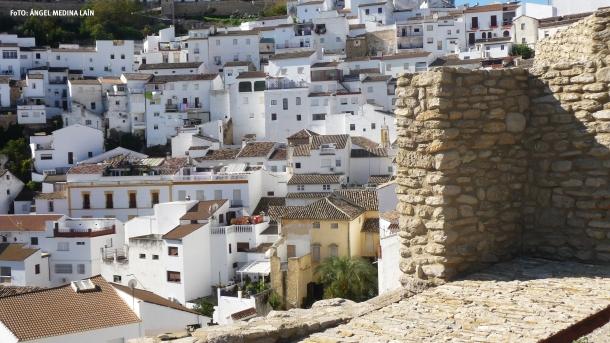 """La muralla tiene esquinas que te ofrecen """"un marco incomparable"""" de Setenil, como esta perspectiva del caserío blanco. Foto: ÁNGEL MEDINA LAÍN"""