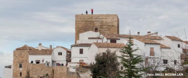 Turistas fotografiándose en la cubierta del Torreón, con Setenil de fondo. Foto: ÁNGEL MEDINA LAÍN.