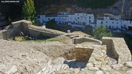 La muralla de Setenil, con la calle Jabonerías al fondo. Foto: ÁNGEL MEDINA LAÍN.