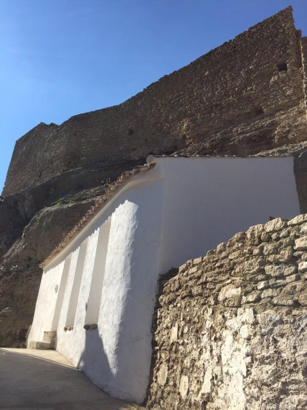 Puerta de entrada a los pies de la Torre del Espolón, la más alta de la fortaleza, en el inicio de la calle de la Mina que conduce a las Calcetas y que permanece cortada.