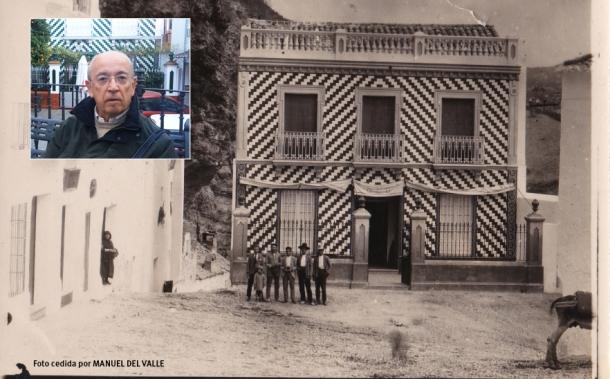 Manuel del Valle, sobre una fotografía de la Plaza en los años '20 a la que le vinculan sus recuerdos infantiles y que el propio exalcalde de Sevilla nos ha cedido.